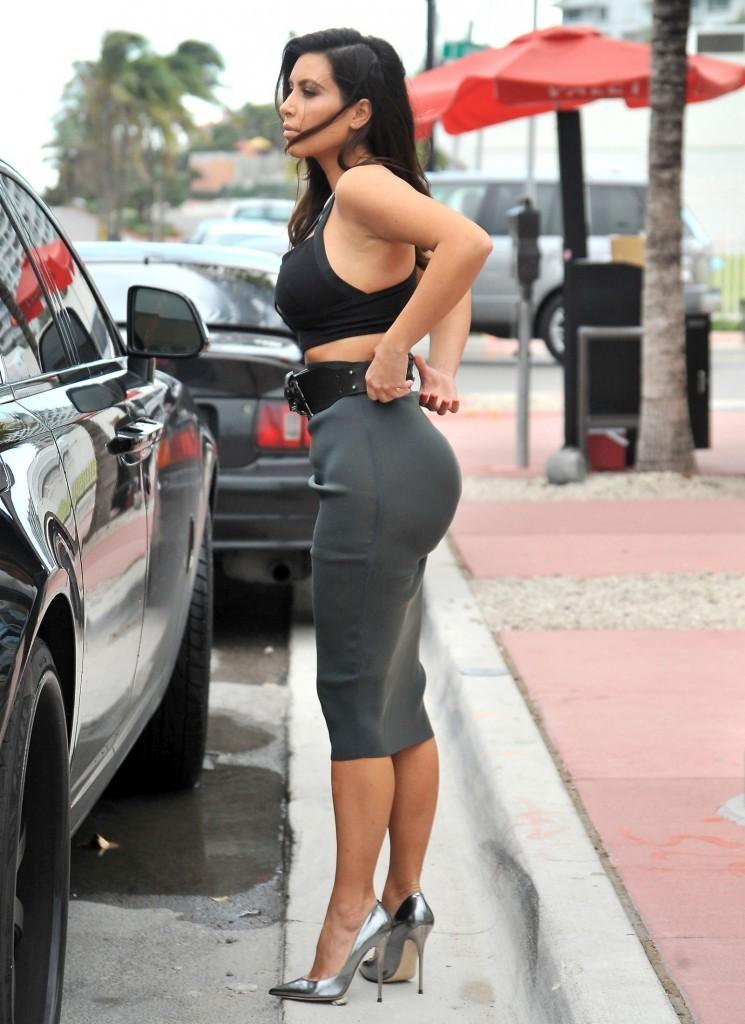 Kim-Kardashian-Ass-Candids-Miami-061-745x1024