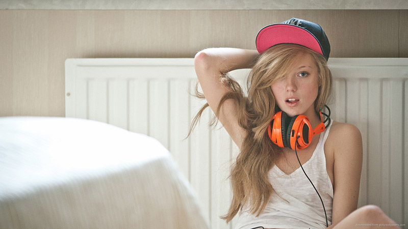 sexy-russian-girl-with-orange-steelseries-siberia-v2