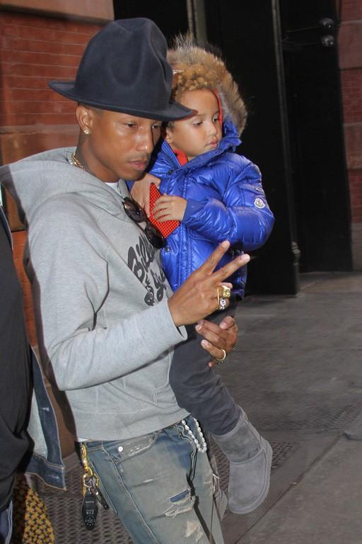Pharrell-Williams-avec-son-fils-Rocket-a-New-York-le-24-avril-2014_portrait_w674
